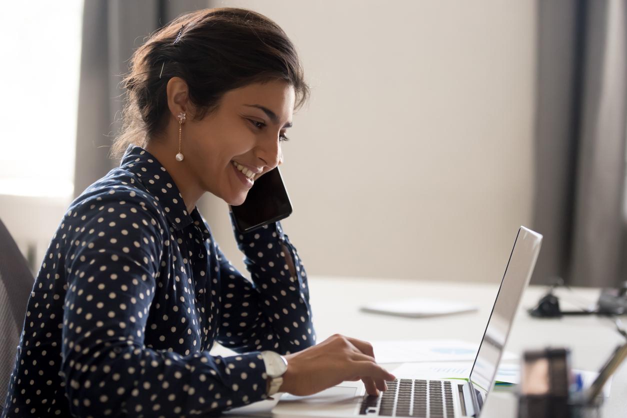 Chica camisa sonrisa mirando portátil