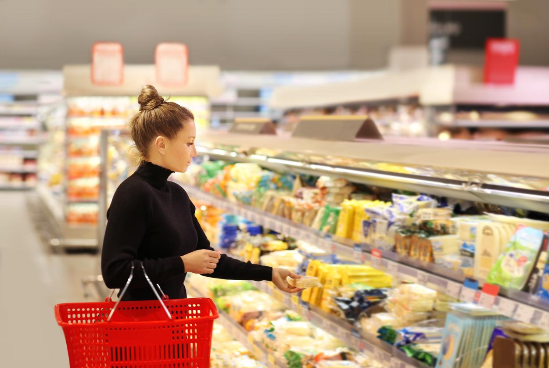 Chica supermercado estantería compra
