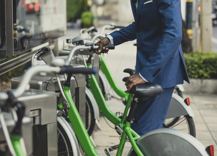 Hombre traje bici verde