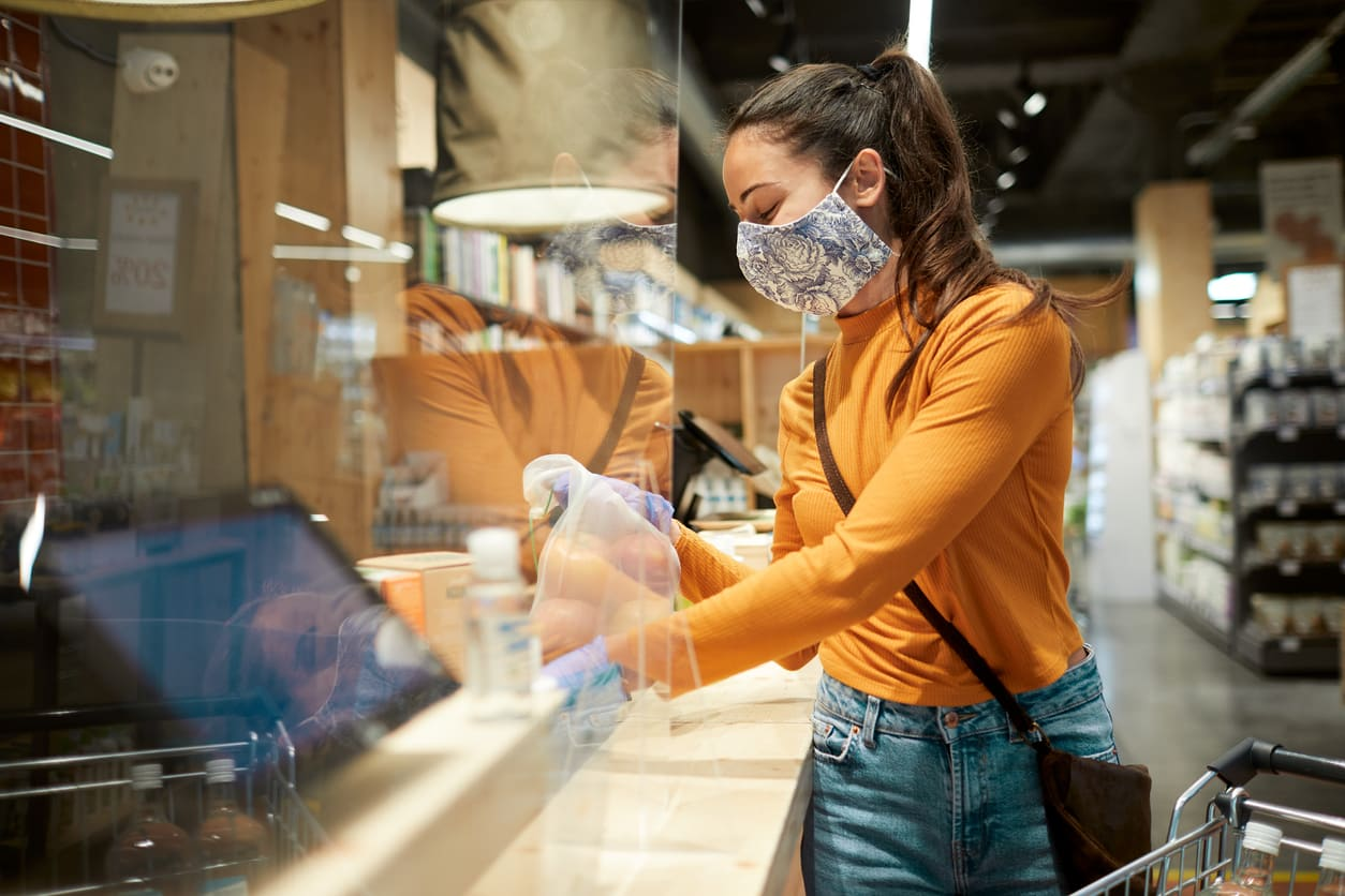Chica en una tienda con mampara | Cofidis Retail