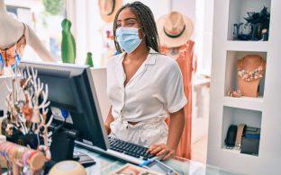 Mujer caja tienda con mascarilla| Cofidis Retail